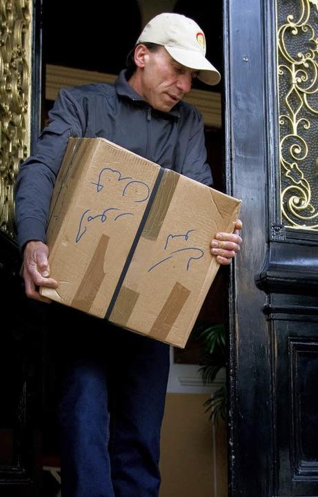 Angestellte räumen die  iranische Botschaft in London.    | Foto: AFP
