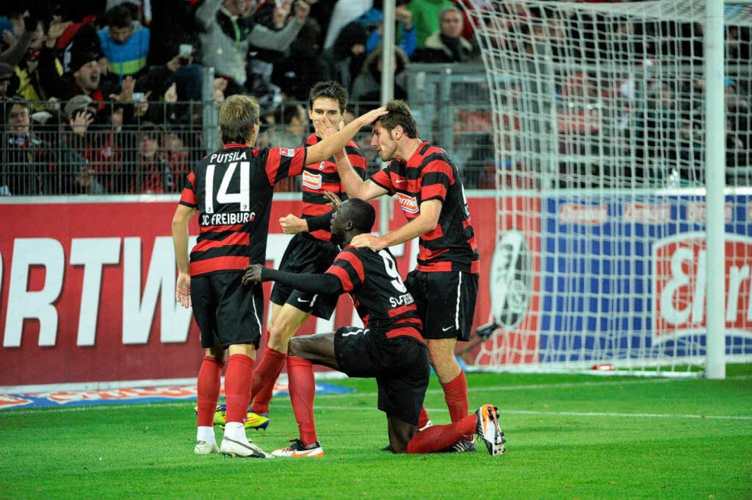 Papiss Demba Cissé trifft für den SC F...g zum 1:1 Ausgleich gegne Hannover 96.  | Foto: Achim Keller