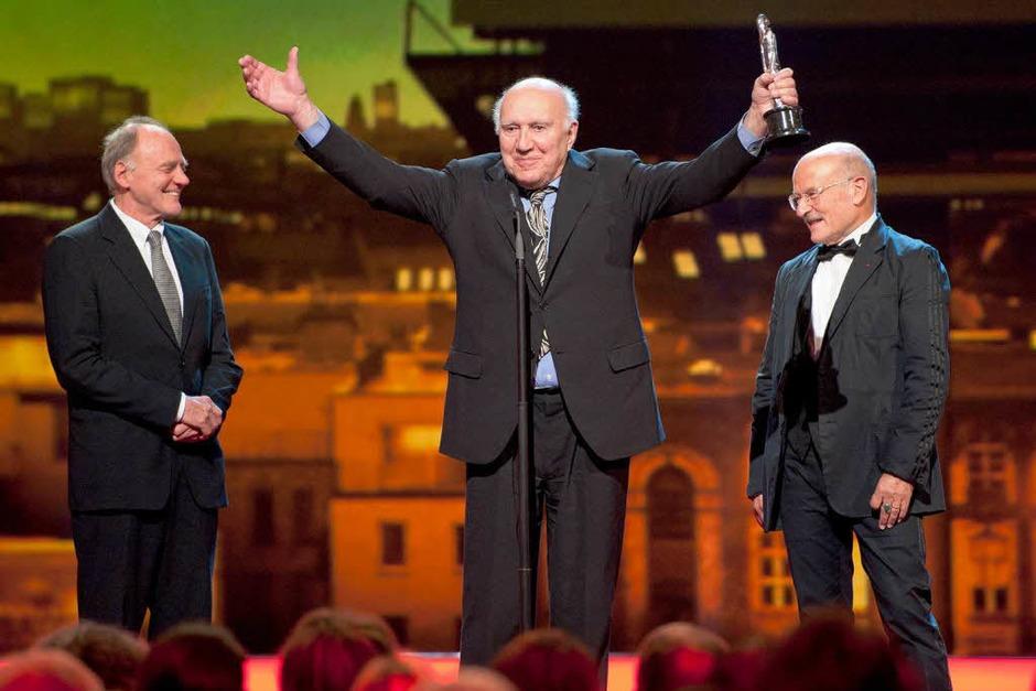 Der französische Schauspieler Michel Piccoli (M.) hält in Berlin im Tempodrom bei der Verleihung des 24. Europäischen Filmpreises zwischen seinen Laudatoren, Regisseur Volker Schloendorff (r.) und dem Schweizer Schauspieler Bruno Ganz, seinen Sonderpreis. (Foto: dapd)