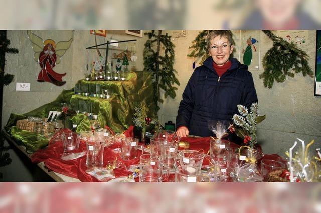 Schauen und kaufen im kleinen Weihnachtsdorf