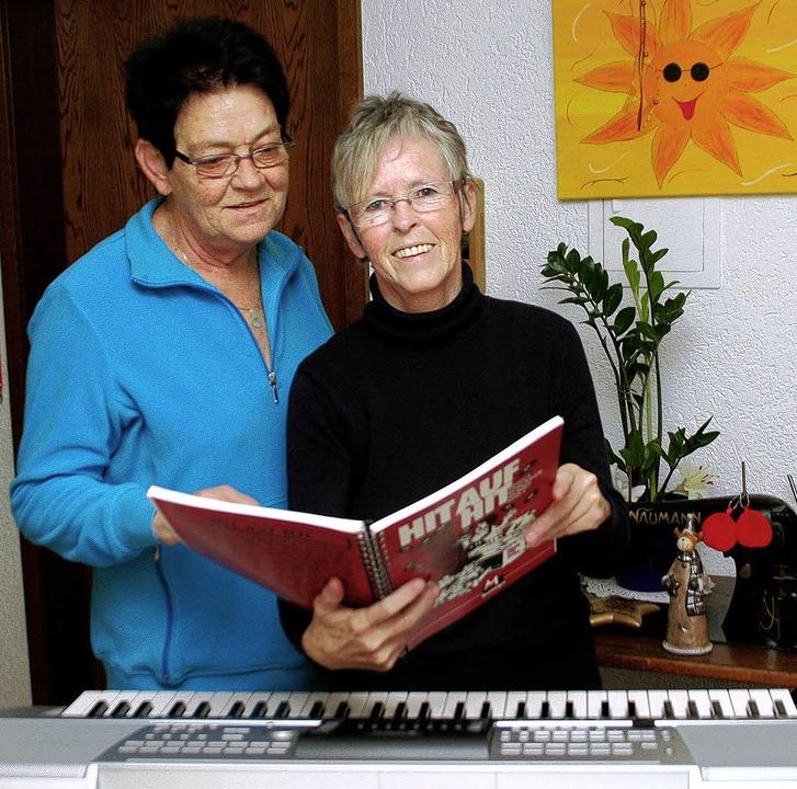 Ehrenamtlich in den Altersheimen unter...Emma Isele (links) und Ilona Schwarz.   | Foto: erika sieberts