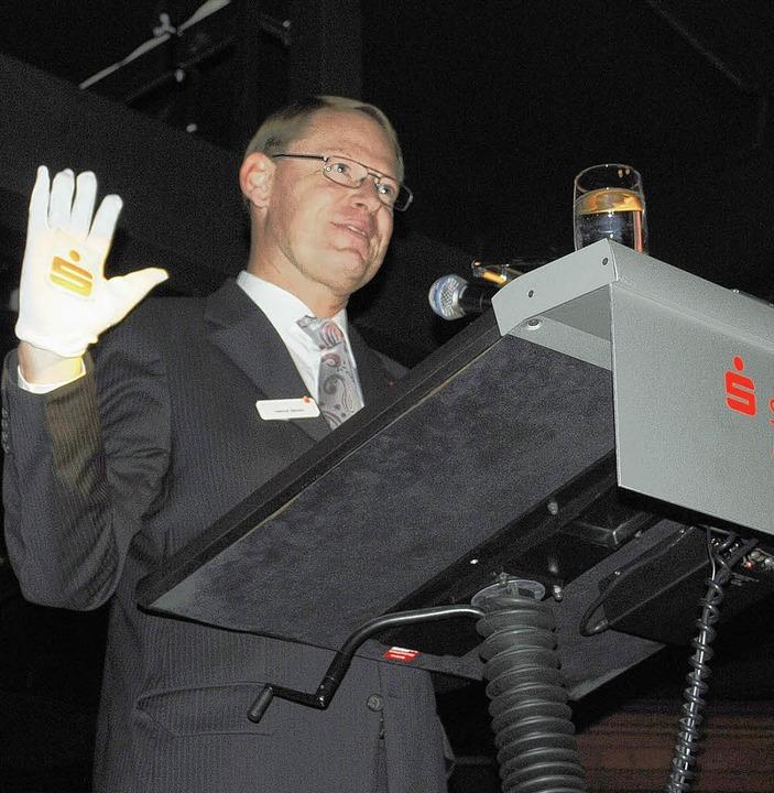 Fasst das Geld seiner Kunden mit Glacé...f  Helmut Becker bei seiner Festrede.     Foto: Robert Ullmann