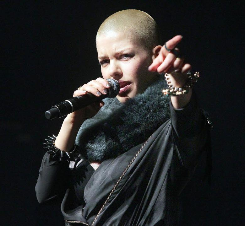 Entertainerin Alina Süggeler zeigt, wo es lang geht.     Foto: Christian Heck