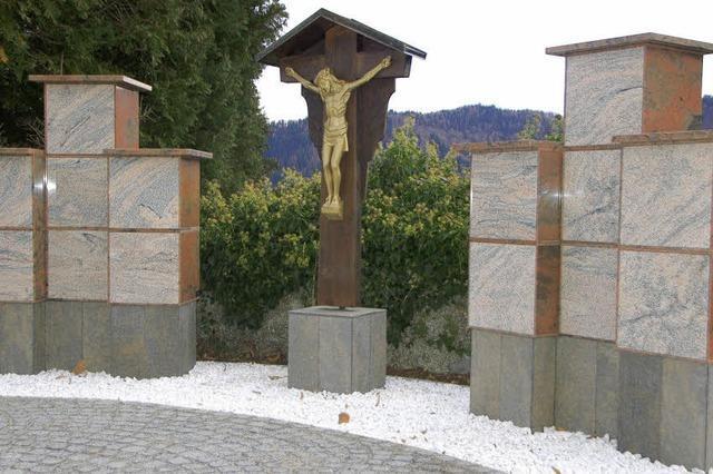 Neue Urnenstelen auf dem Friedhof