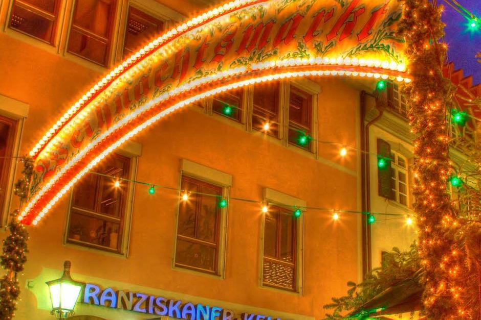 Bunter Budenzauber auf dem Freiburger Weihnachtsmarkt (Foto: Carlotta Huber)