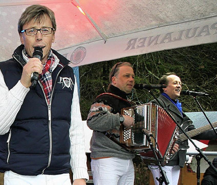 Die  Feldberger mit Frontman Hansy Vogt begeisterten bei ihrem Auftaktkonzert.  | Foto: Dieter Maurer