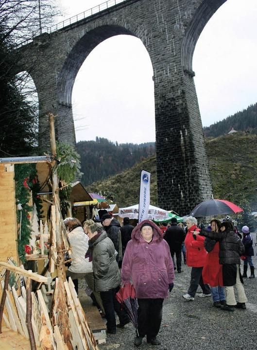 Der  Weihnachtsmarkt  in der wildroman...n Wetters einige hundert Besucher an.   | Foto: Dieter Maurer