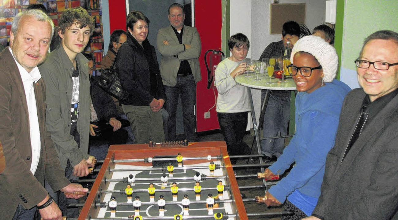 Das Tischfußballspiel von Jürgen Guse ...fnung des Jugendraums viel Interesse.     Foto: Maier