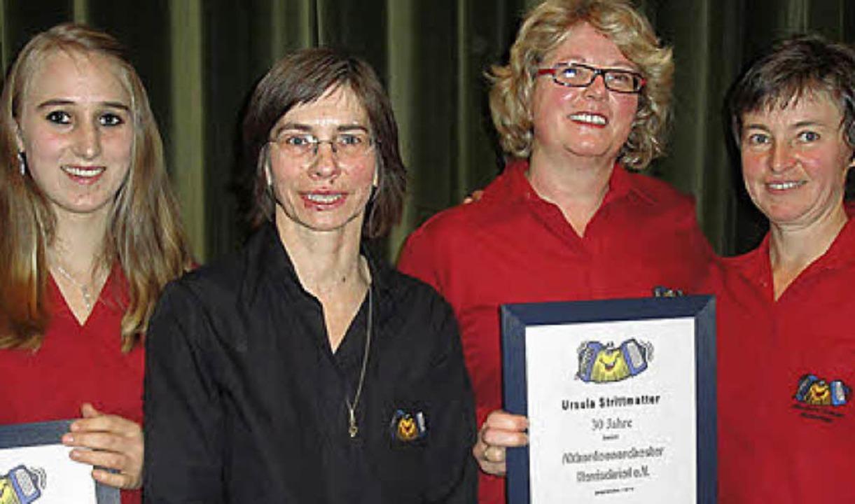 Verena Kohlbrenner, Priska Herzog und ... links) für ihre Treue  ausgezeichnet.  | Foto: Hansjörg Bader