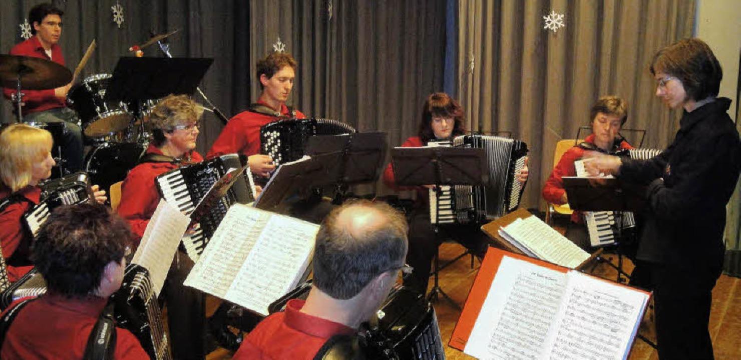 Das Akkordeon-Ensemble der Vereine Lau...reskonzert in der Rotmooshalle mit.     | Foto: hansjörg bader