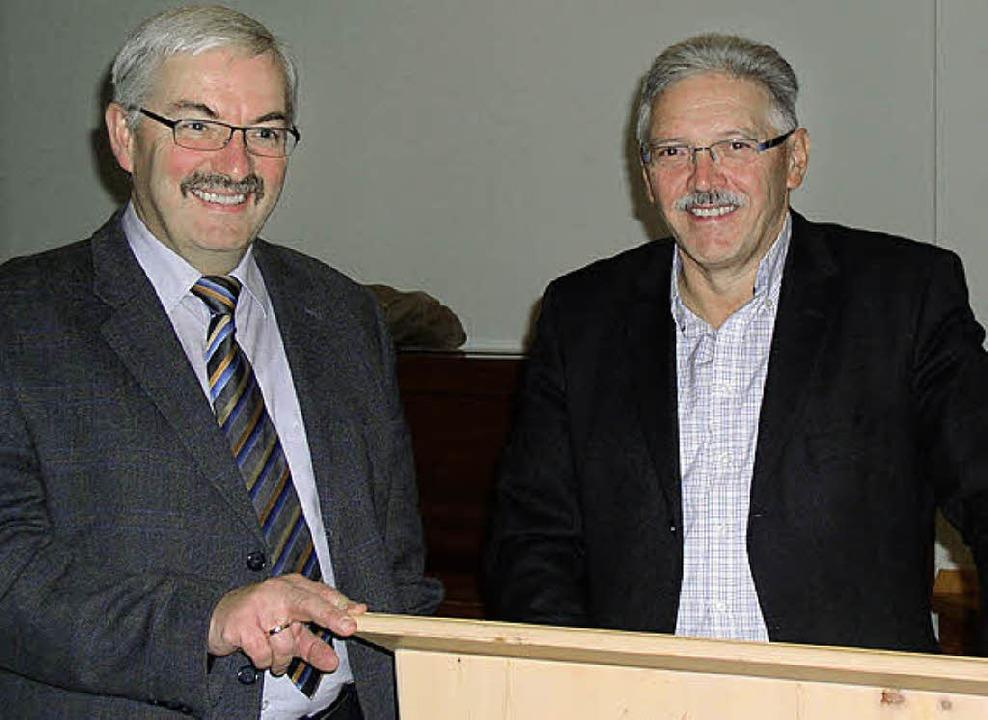 Bürgermeister Helmut Kaiser (links) un...in Ibach das neue Friedhofskonzept vor  | Foto: Karin Stöckl-Steinebrunner