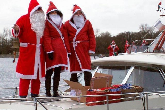 Nikoläuse beschenken Schiffsbesatzungen auf dem Rhein