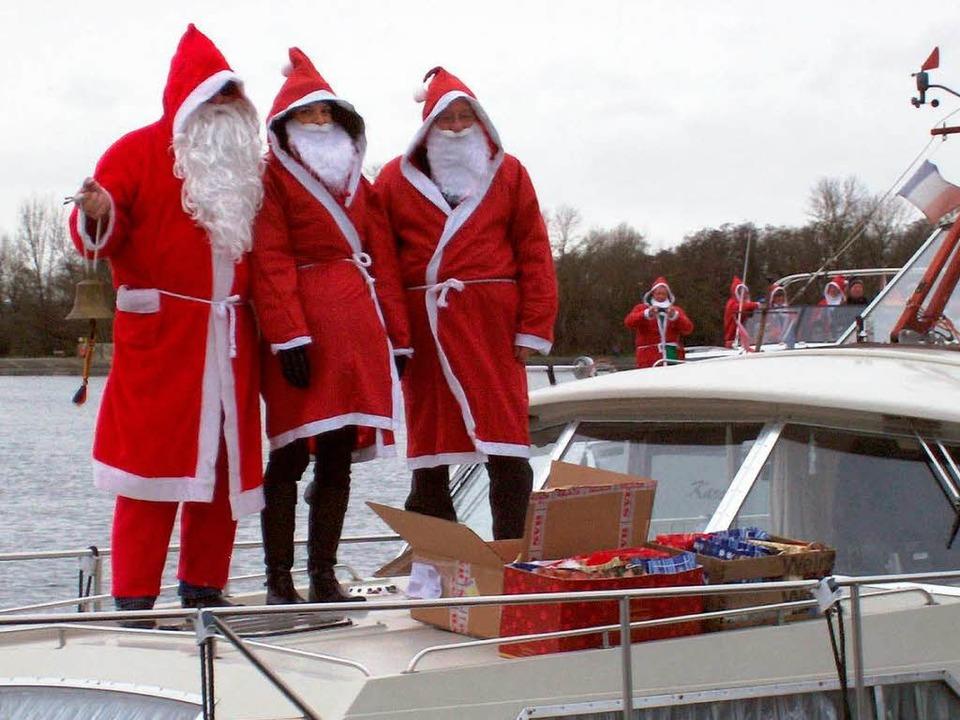 Mit kleinen Geschenken besuchten die N... des Yachtclubs die Schiffbesatzungen.    Foto: WENDT