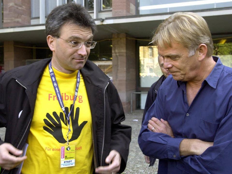 Rückblick: 2002 zeigte Freiburg, allen...ner Volker Finke, Flagge gegen Rechts.  | Foto: Rolf Haid