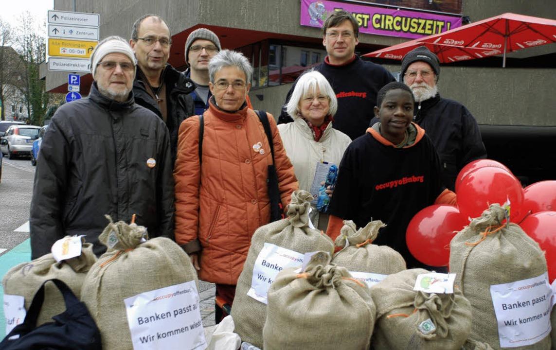 Banken passt auf, wir kommen wieder: Vertreter der Offenburger Occupy-Bewegung.   | Foto: Gertrude Siefke