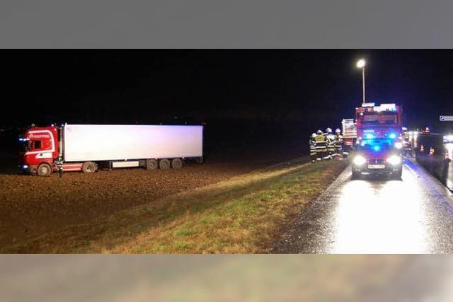 Lastwagen kommt von der Autobahn ab