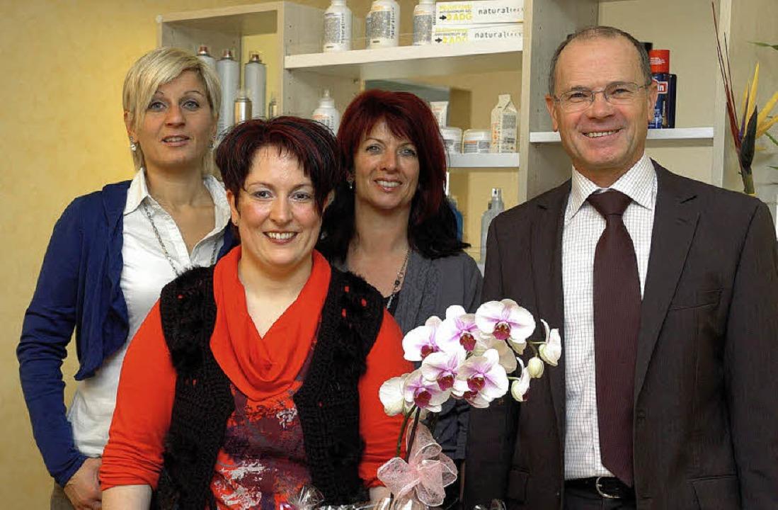 Bürgermeister Joachim Ruth gratulierte...nks) und Regina Leber (2.von rechts).   | Foto: Jürgen Schweizer