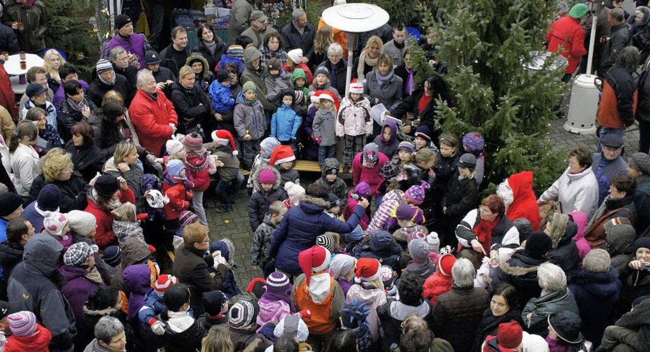 Weihnachtsmarkt in Weisweil: Kinder de...für den Nikolaus und viele Zuschauer.     Foto: Ilona Hüge