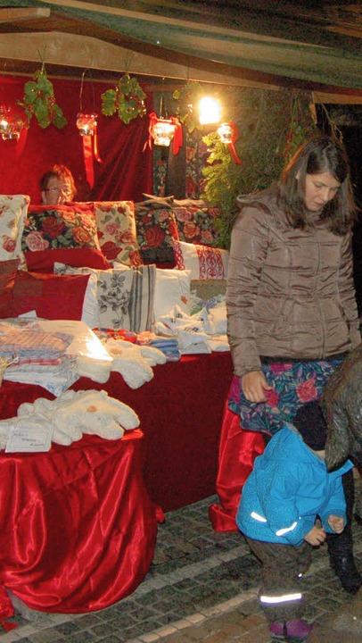 Große und kleine Besucher des Weihnachtsmarktes   | Foto: Ringwald