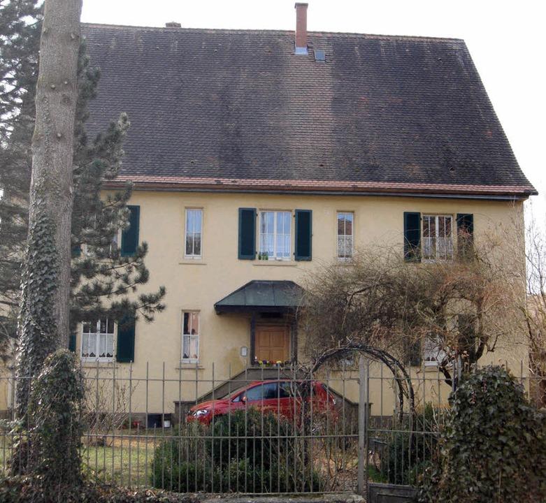 Sanierungsbedürftig: das Tannenkircher Pfarrhaus     Foto: Langelott