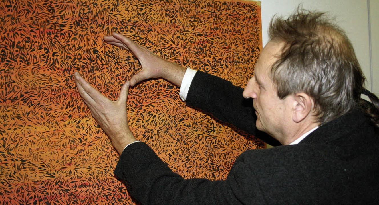 Der Künstler  Dieter Benz vor einem se...matigen Bilder im Merzhauser Rathaus.   | Foto: Michael Saurer