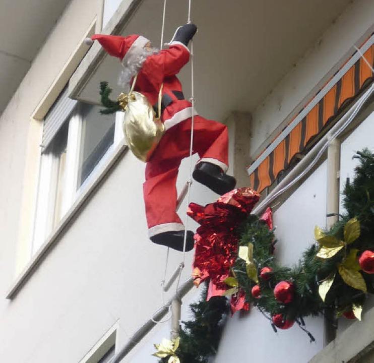 Kletterkünstler: Nikolaus an der Hausfassade   | Foto: Claudia Gempp