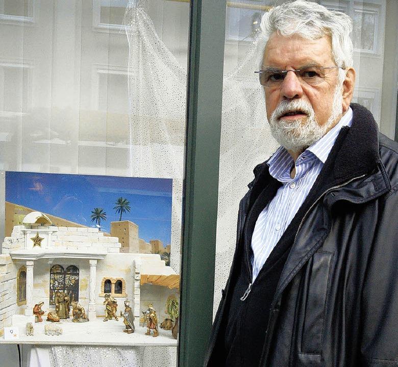 Wolfgang Döbele vor einem der Schaufen... elf seiner Krippen ausgestellt sind.   | Foto: Maria schlageter