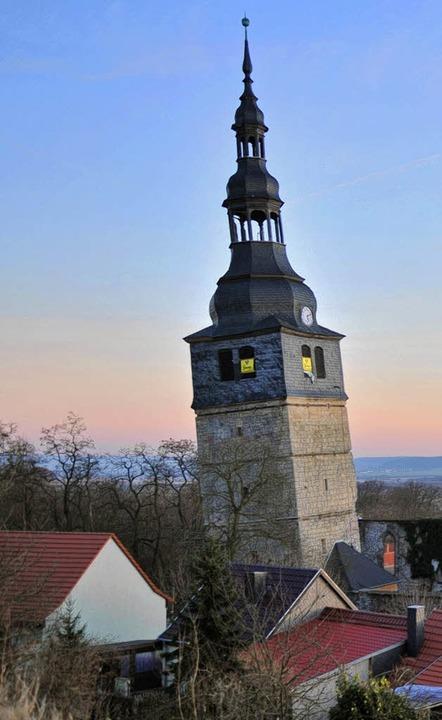 Der Erde besonders zugeneigt: Der Turm der Oberkirche in Bad Frankenhausen.     Foto: dpa