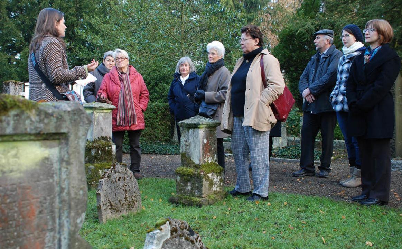Ina Stirm (l.) bei einer Führung durch den jüdischen Friedhof Offenburg.     Foto: Gertrude Siefke