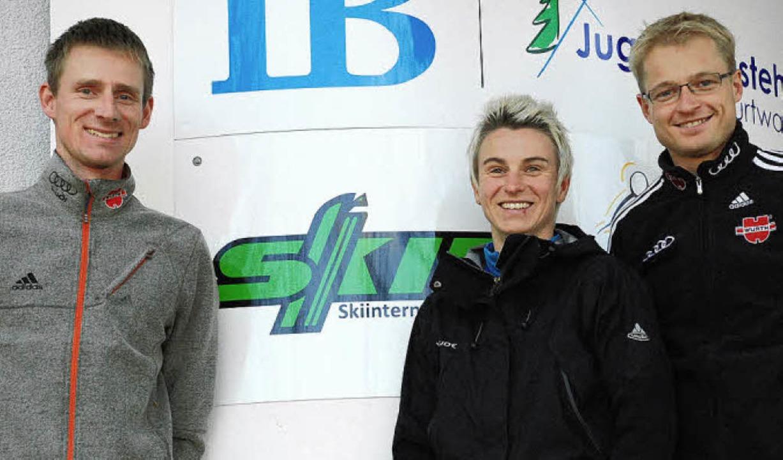 Biathlon-Landestrainer Dirk Scheja (li...cher vor dem Skiinternat in Furtwangen  | Foto: Ruoff