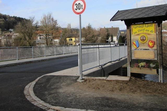 An der frisch sanierten Brücke wird nachgebessert