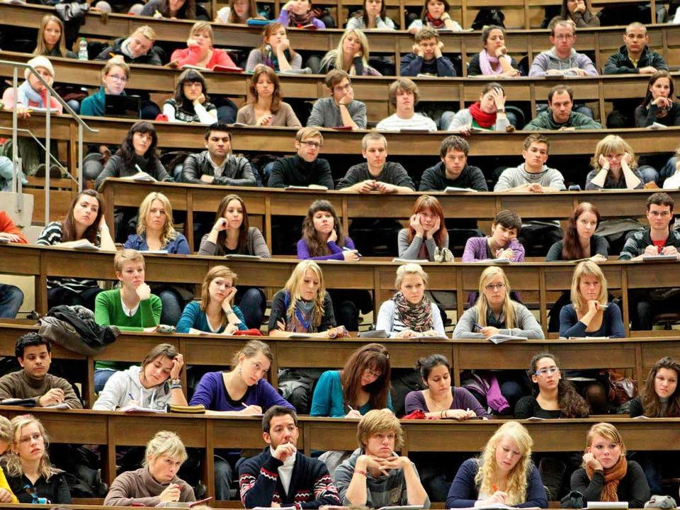 Die Zahl der Erstsemester ist gerade i...n denen das Studium nicht kostenfrei w    Foto: dpa