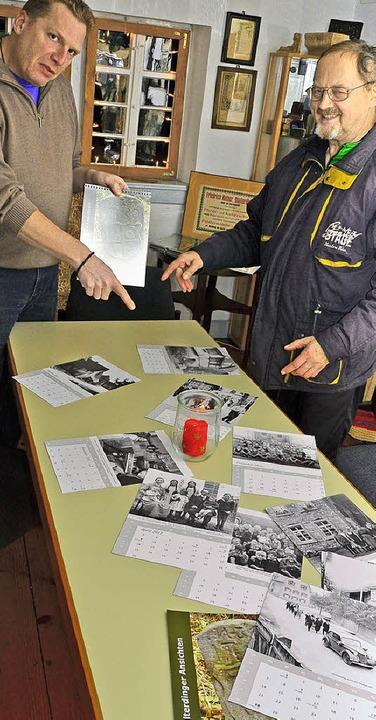 Rüdiger Keller, Vorsitzender des Gesch... Heimatkalender 2012 im Torhäusle vor.  | Foto: Dieter erggelet