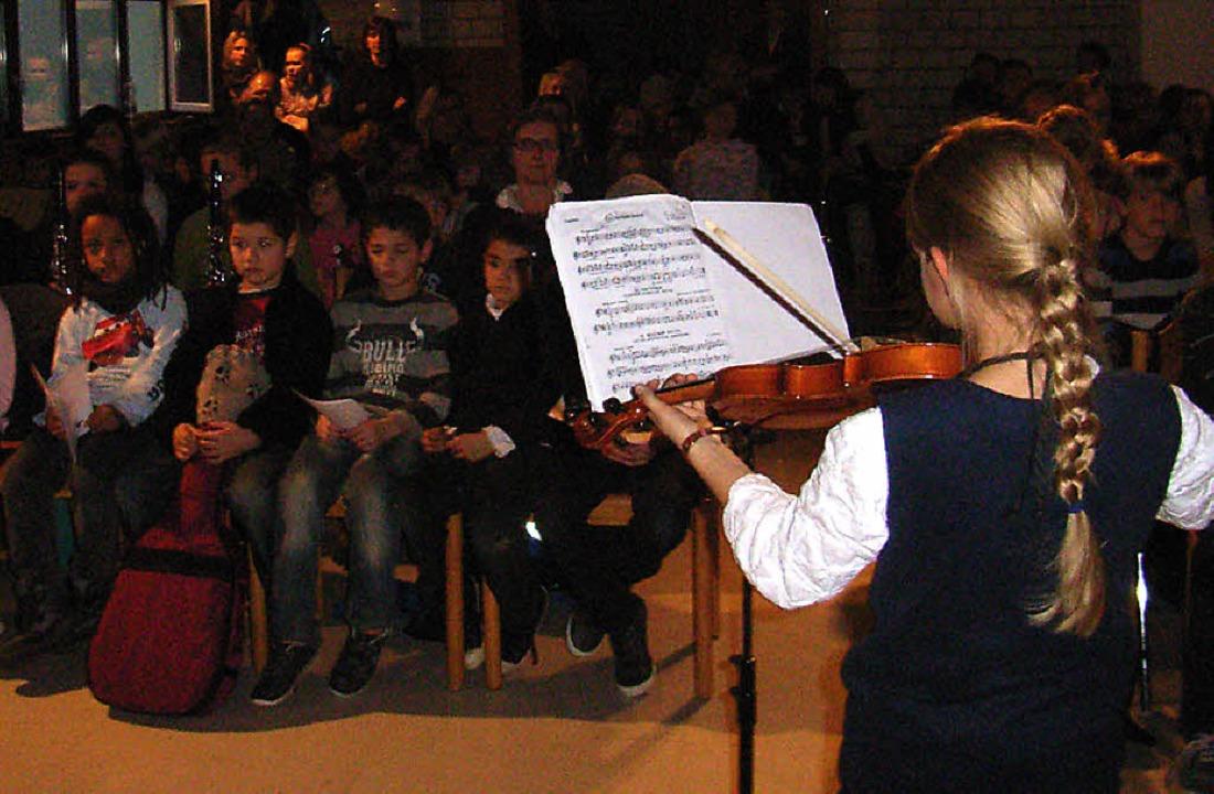 Adventsmusik: Kleine Geigerin im großen Saal    | Foto: Johanna Högg