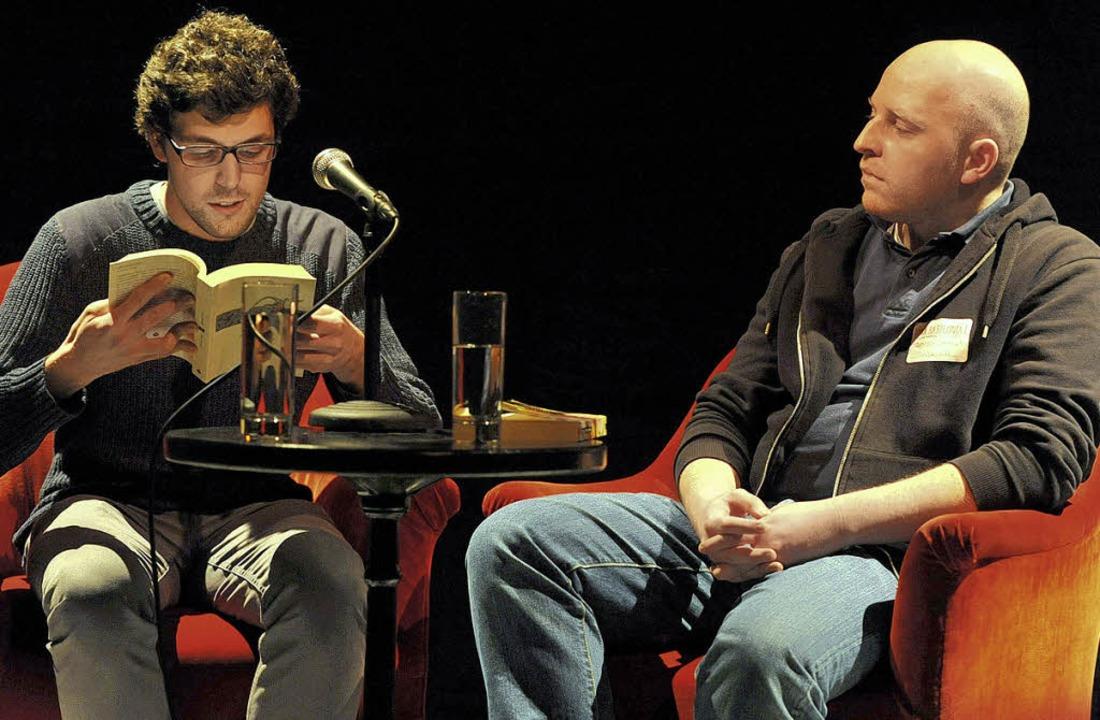 Der Baske Iker Urdangarin las eine Kur...roate Danijel Skrelja die Übersetzung.  | Foto: rita eggstein