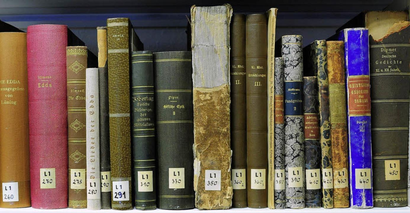 Alte Bücher kommen im neuen Haus auch in neue Regale.  | Foto: Thomas Kunz
