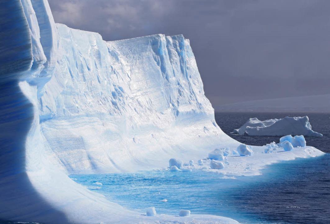 Erst grau, dann weiß, dann blau: Ein g...fnet sich Reisenden in die Antarktis.     Foto: Winfried Schumacher
