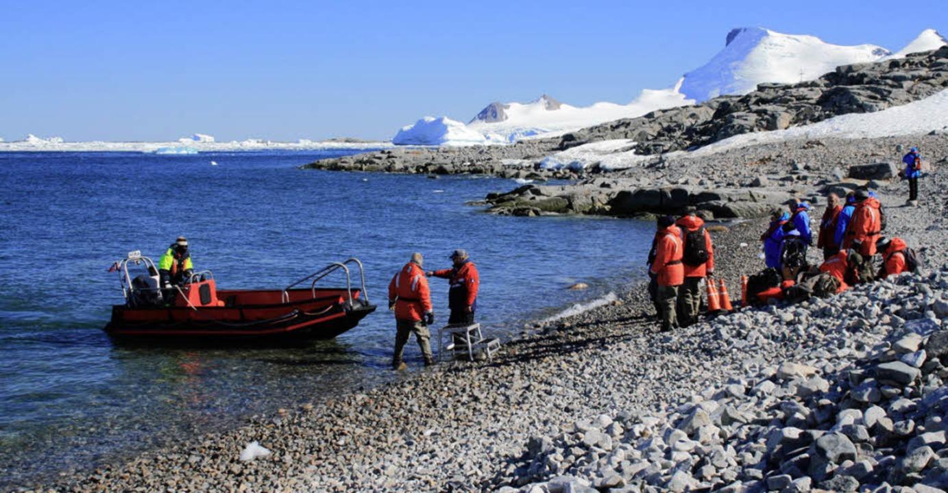 Mit Hightech in die Kälte: Touristen beim Landausflug in der Antarktis    Foto: Win Schumacher