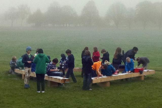 Schüler installieren zehn Papstbänke und eine Tischtennisplatte