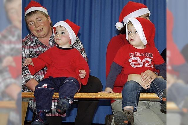 Nikolaus feiert mit Kindern