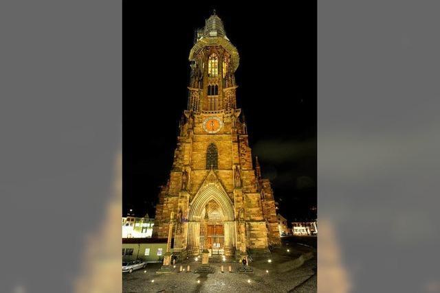 Das Freiburger Münster wird mit LED-Strahlern erhellt