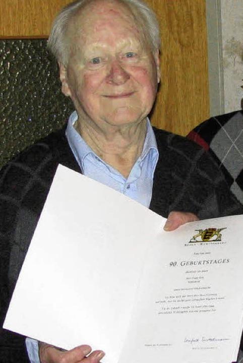 Franz Ruh mit der Glückwunschurkunde des Landes  | Foto: m. Lange