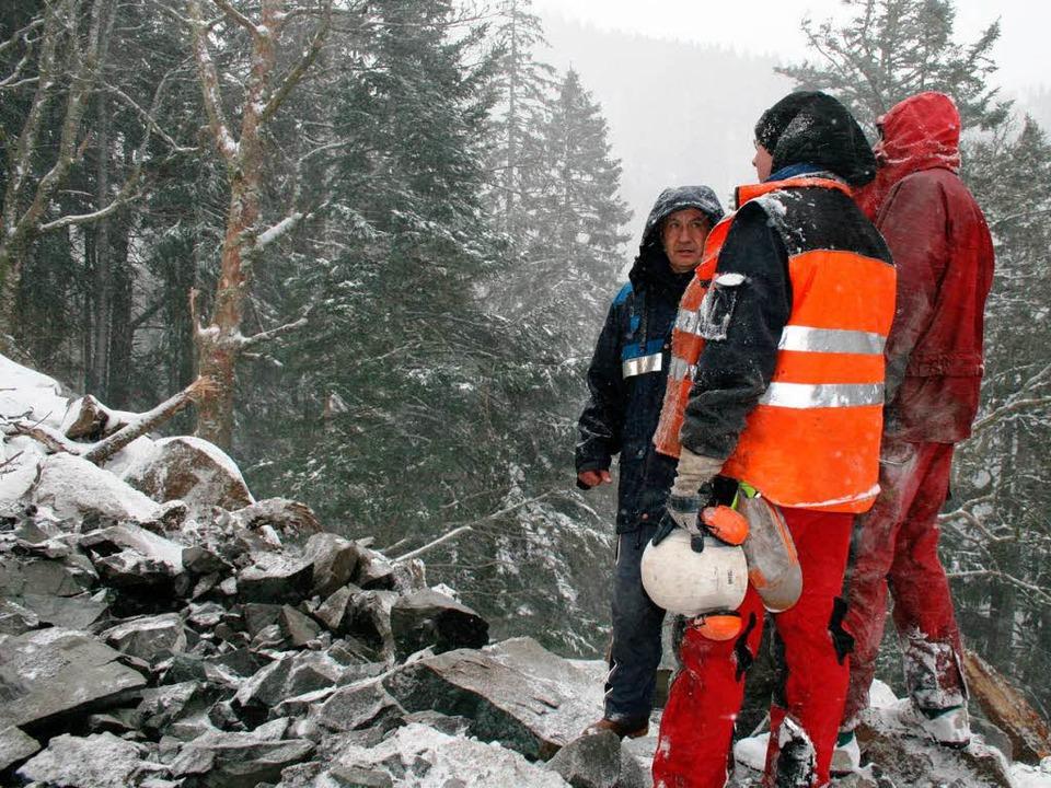 Hermann Summ und Mitarbeiter der Firma...trollieren das Ergebnis der Sprengung.  | Foto: Luisa Denz