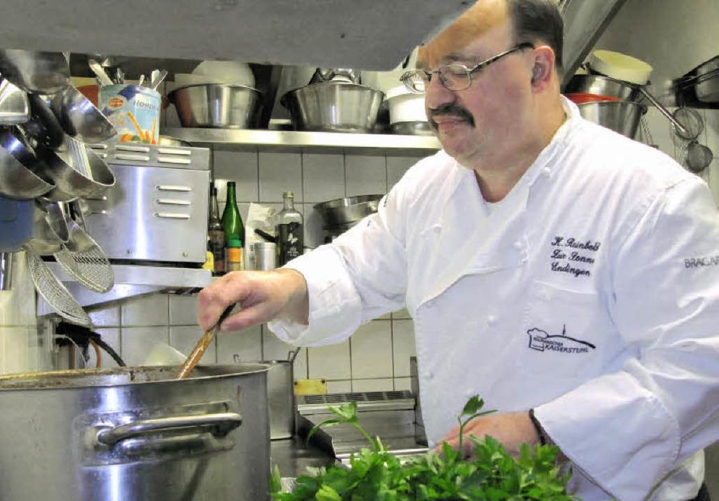 Klaus Reinbold in Aktion in der Küche ...r ein Weihnachtsmenü zusammengestellt.  | Foto: Ruth Seitz