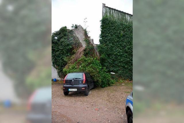 Orkantief Joachim: Kamin stürzt auf geparktes Auto in Offenburg