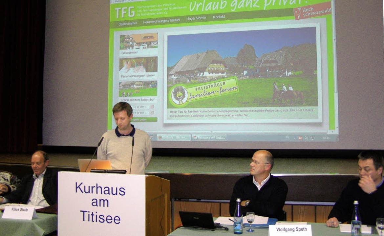 Die neue  Homepage präsentierte der To...liederversammlung im Kurhaus Titisee.     Foto: Liane Schilling
