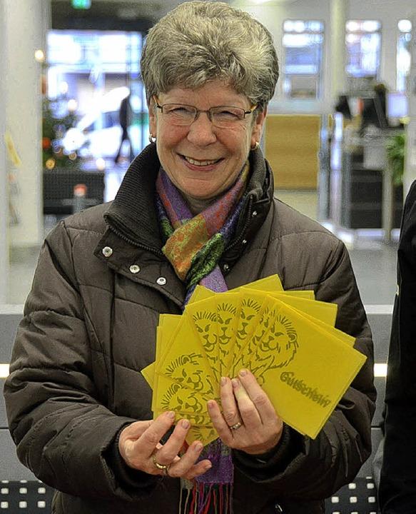 Brigitte Möcklin, deren Mann den Haupt... gewann, nahm die Gutscheine entgegen.    Foto: Peter Gerigk