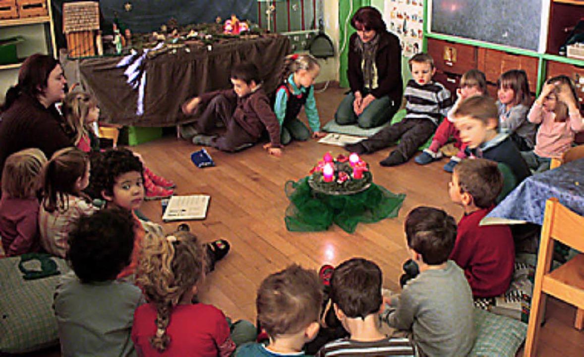 Alle Kita-Kinder sitzen im Adventskreis.   | Foto: Klusmann