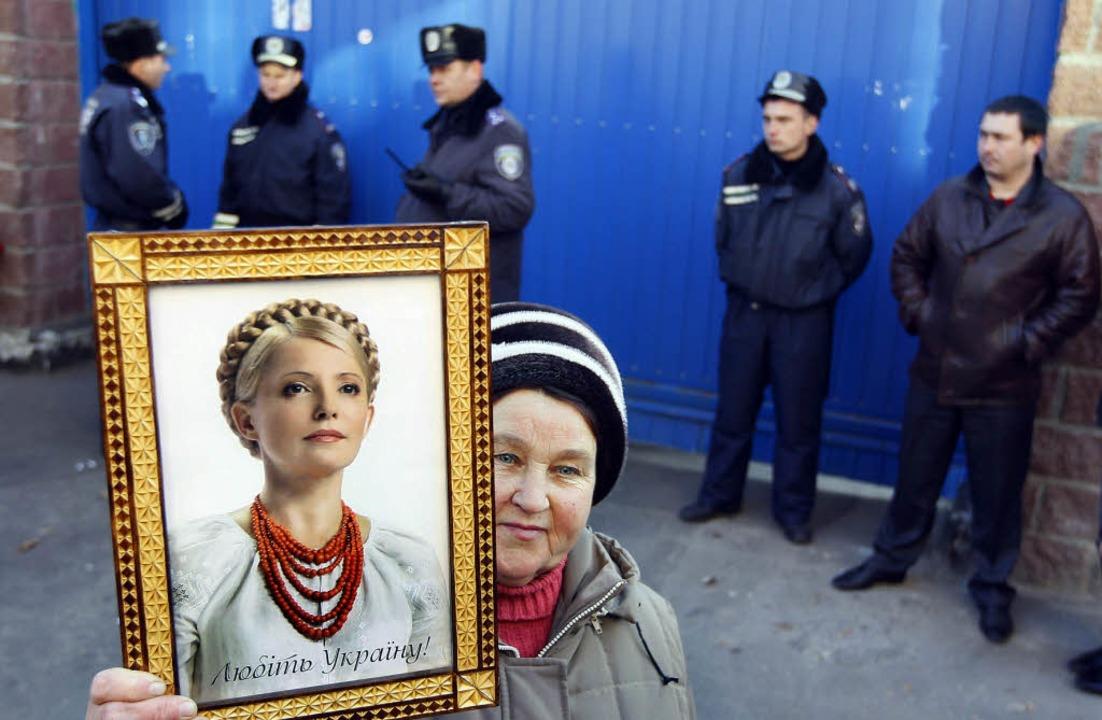 Protest in Kiew: Eine Demonstrantin fo...ositionführerin Timoschenko<ppp></ppp>  | Foto: DPA/Krökel
