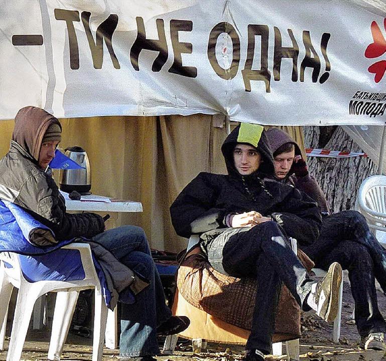 <ppp></ppp>diese drei Ukrainer halten eine Mahnwache ab.  | Foto: Ulrich Krökel
